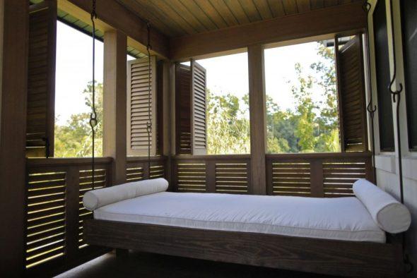 Прямоугольная подвесная кровать на веранде