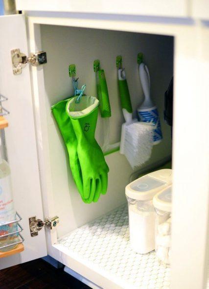 Химия и полезные мелочи в шкафу