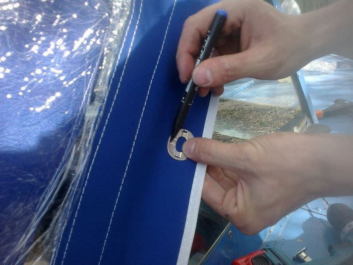 Разметка маркером отверстия под люверс