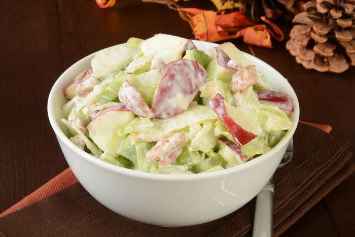 белый салатник на столе