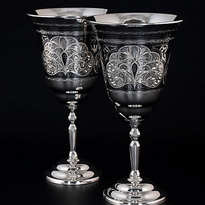 серебряные бокалы с узорами