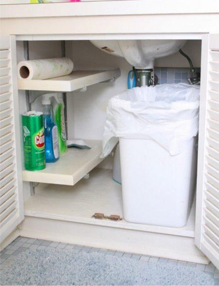 Ведро в шкафу