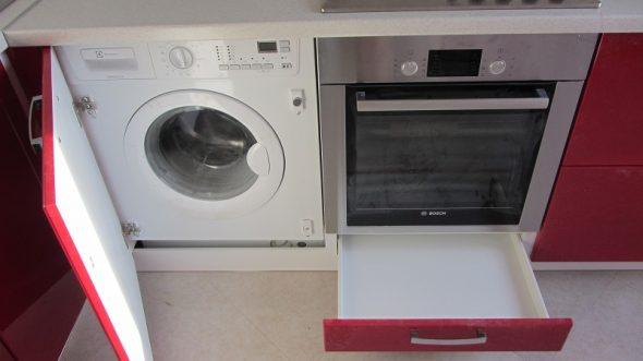 стиральная машина за дверцей