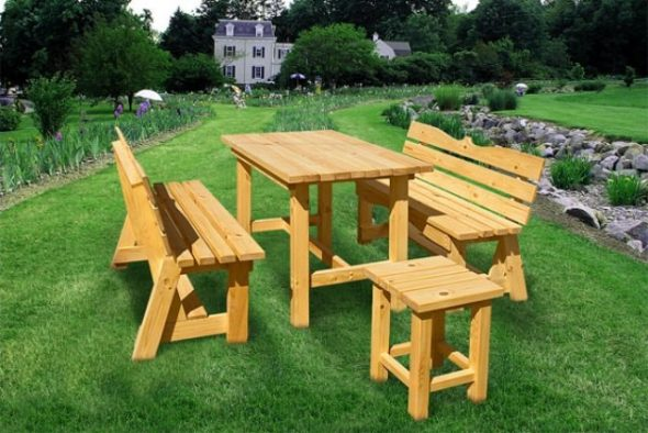 Стол и стулья на зеленой лужайке