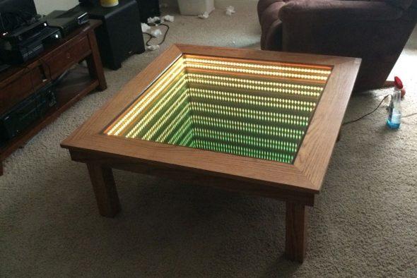 стол с зеленой подсветкой