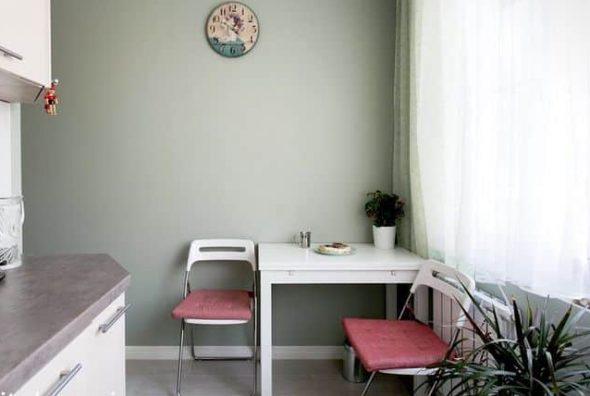 Стол со складными стульями