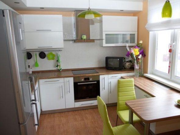 Светлая бело-бежевая кухня с яркими салатовыми акцентами