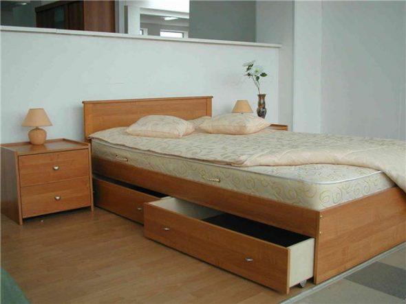 Удобная кровать с выдвижными ящиками