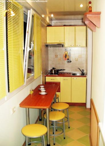 Узкая барная стойка на кухне вдоль окна