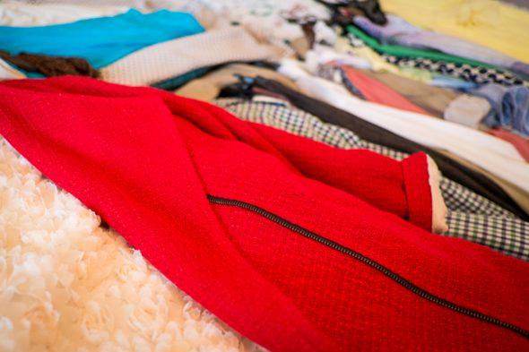 Вынимаем всю одежду из шкафа